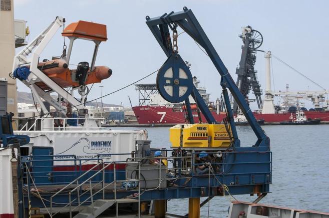 El buque 'EDT Ares', desde el que se centraliza el rescate, en Las...