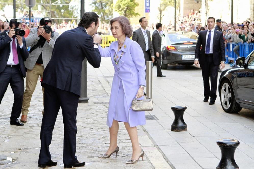 El presidente del Govern balear saluda con una reverencia a la Reina...