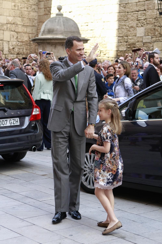El Príncipe Felipe a su llegada acompañado por su hija, la Infanta...