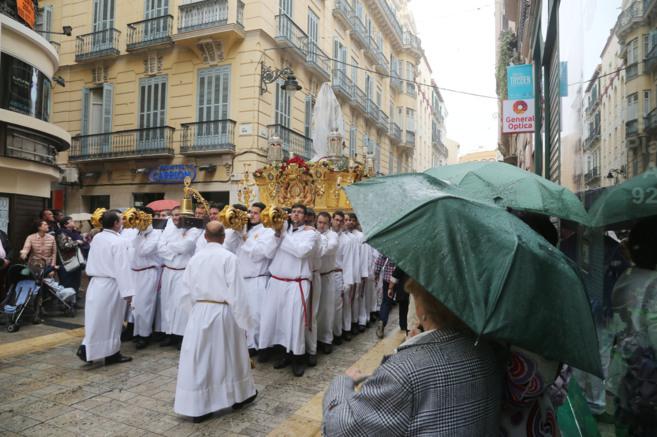Una de las imágenes de la procesión de este domingo tapada con un...