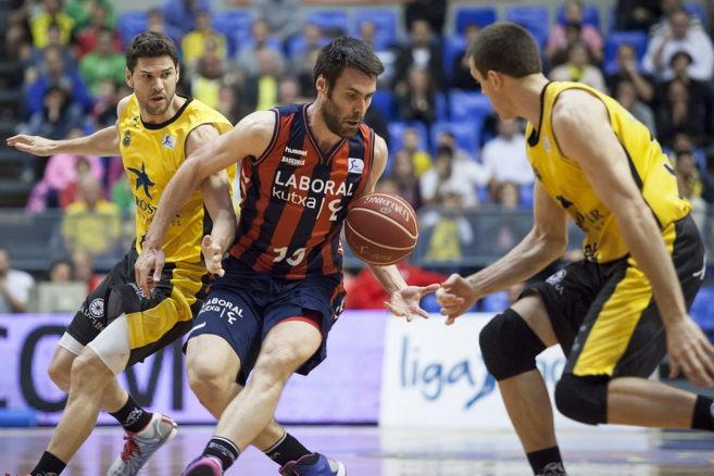 Fernando San Emeterio penetra ante la defensa del Iberostar Tenerife.