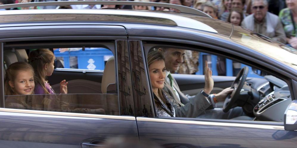 Los príncipes de Asturias, Felipe y Letizia, junto a sus hijas, las...