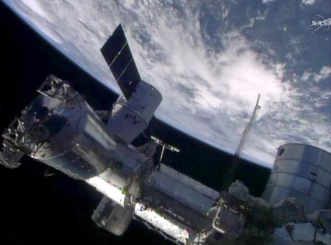 La cápsula Dragon, acoplada a la Estación Espacial Internacional...