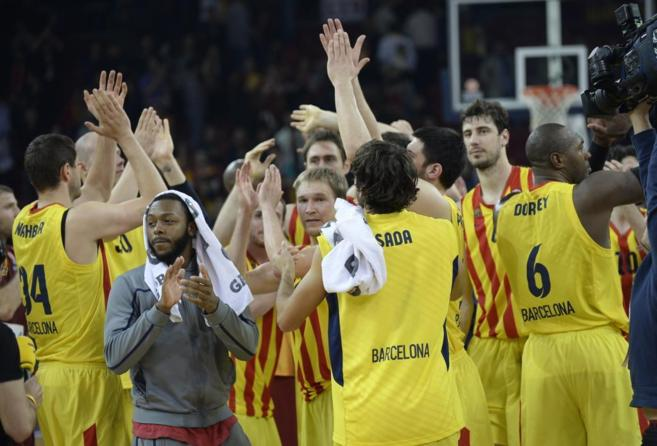 Los jugadores del Barcelona celebran su clasificación para la Final...