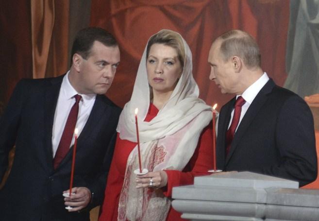 Dmitri Medvedev (izqda.), su esposa Svetlana y Vladimir Putin en la...