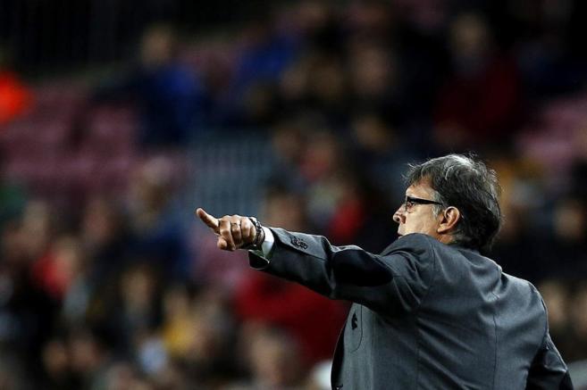 Gerardo Martino da instrucciones a sus jugadores ante el Athletic de...