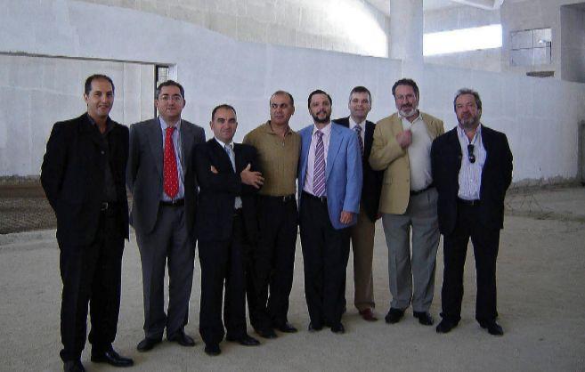 Fernando Mellet (chaqueta celeste) junto a otros imputados como...