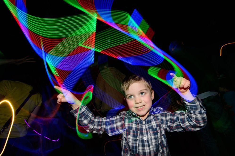 Un niño disfruta de la música y el entretenimiento en el Littlw Fish...