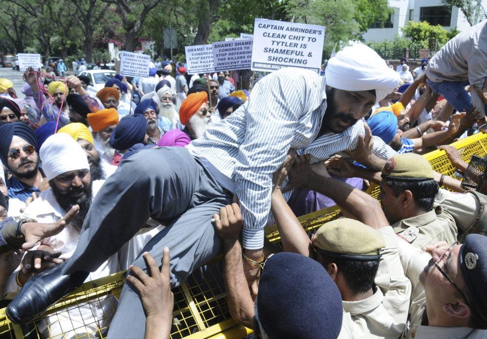 La policía india bloquea con una barricada a los manifestantes frente...