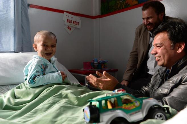 Abuzar, fotografiado en el hospital, junto a dos familiares.