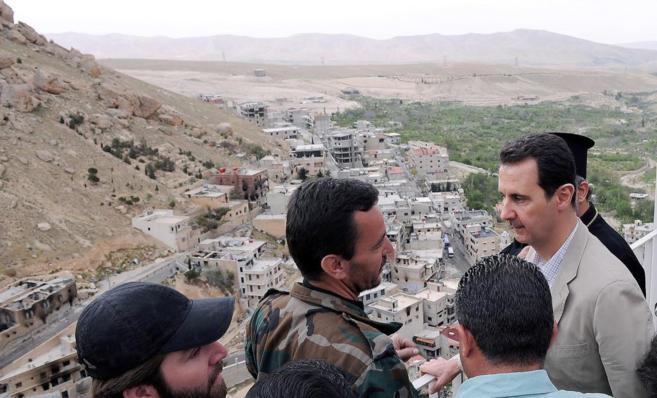 El presidente de Siria, Bashar Asad, durante su visita a la ciudad de...