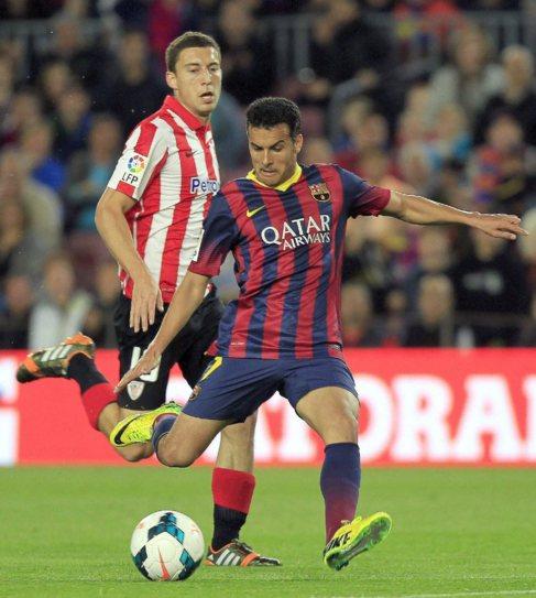 Pedro se dispone a lanzar a portería en el duelo ante el Athletic.