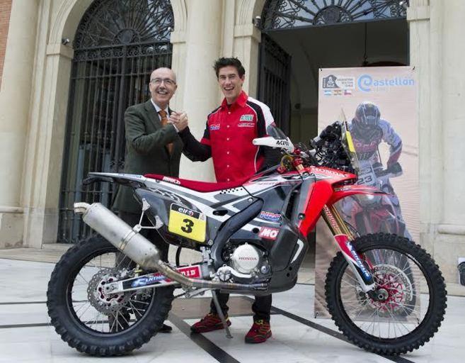 El piloto Joan Barreda con el responsable de Deportes de la...