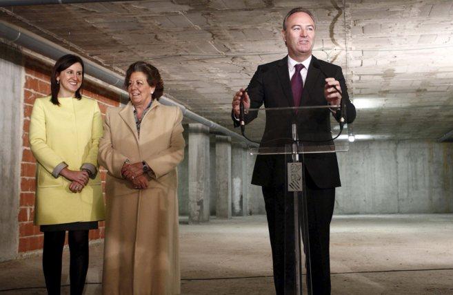La consellera de Educación, María José Català, con la alcaldesa...