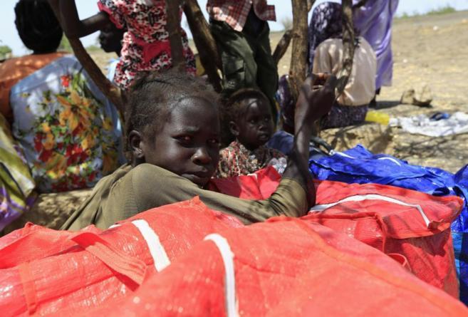 Niños refugiados de Sudán del Sur descansan tras huir de un ataque...