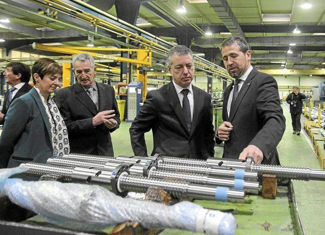 El lehendakari Urkullu con Arantza Tapia en la visita a una empresa de...
