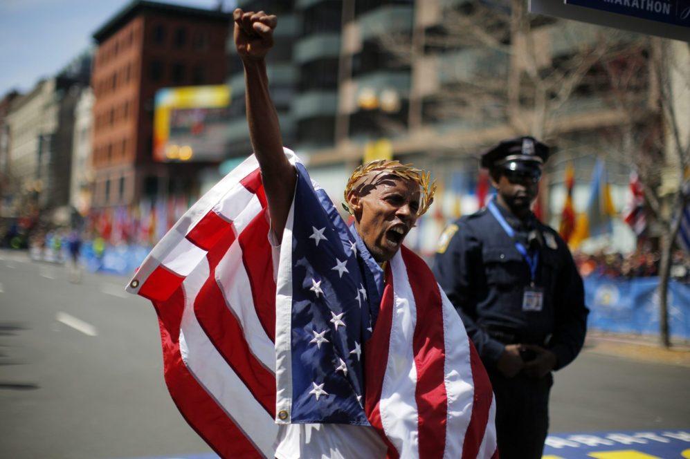 El ganador de la carrera número 118 de la Maratón de Boston en...