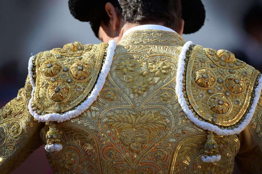 El traje de luces del torero español Paco Ureña en el último día...