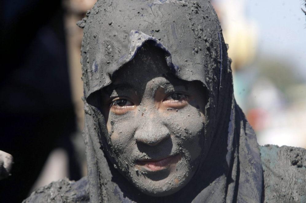 Una activista se cubre de barro para celebrar el Día de la Madre...