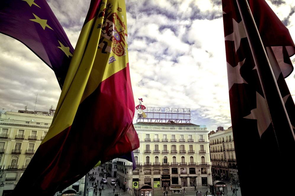 Vista de la madrileña Puerta del Sol con el cartel de Tío Pepe que...