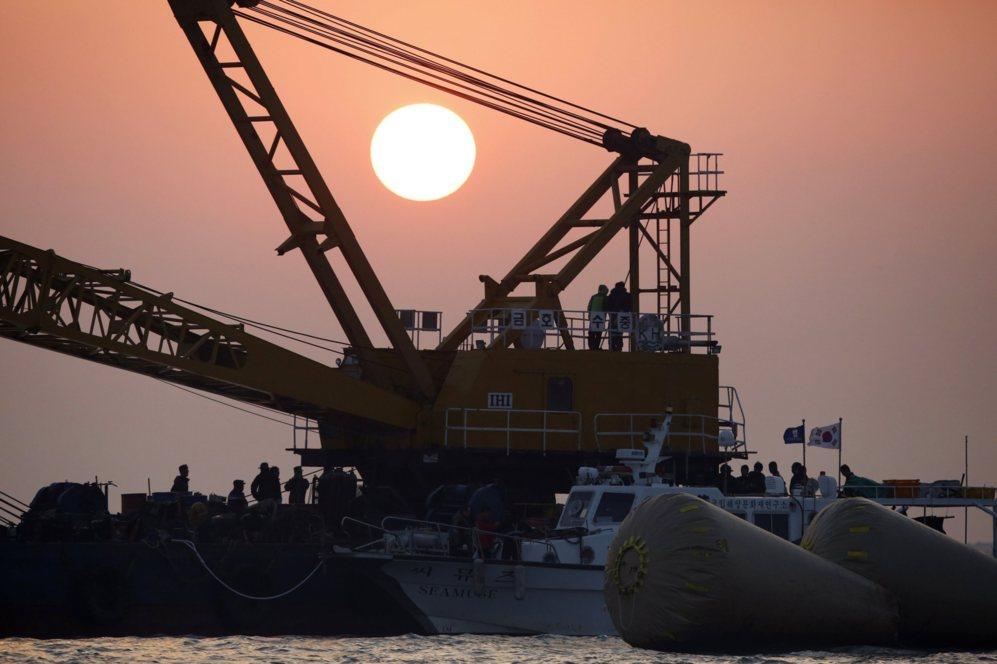 Los equipos de rescate de Corea del Sur operan cerca de donde el barco...