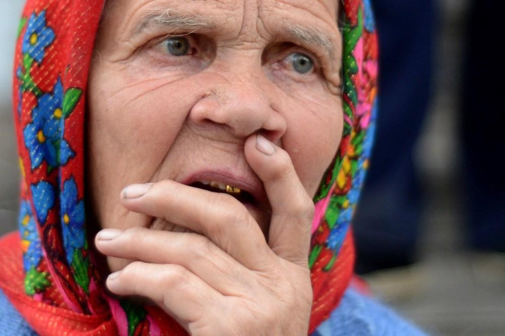 Una anciana ucraniana reacciona durante la ceremonia fúnebre de los...