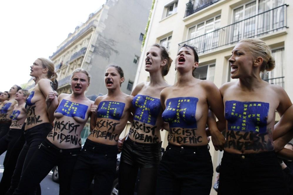 Activistas de Femen en Ucrania participan en una acción denominada...