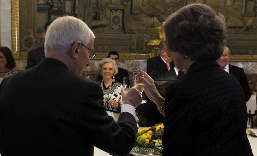 a Reina Sofía brinda con el director del Instituto Cervantes, Víctor...
