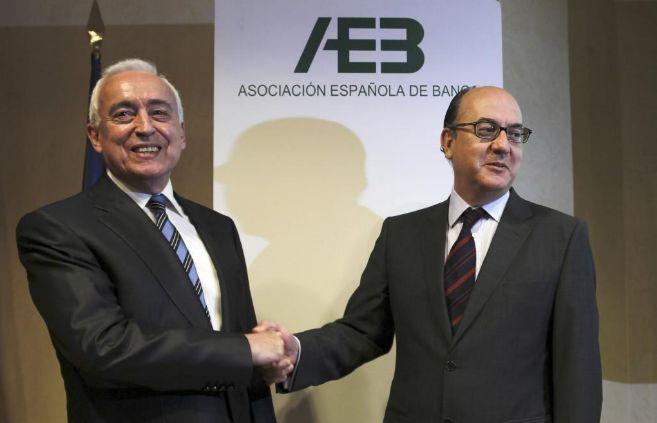 El ex presidente de la AEB Miguel Martín (i) da la enhorabuena a su...
