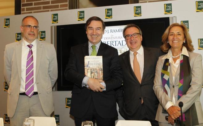 Pedro J. Ramírez acompañado del político Joan Ridao y el periodista...
