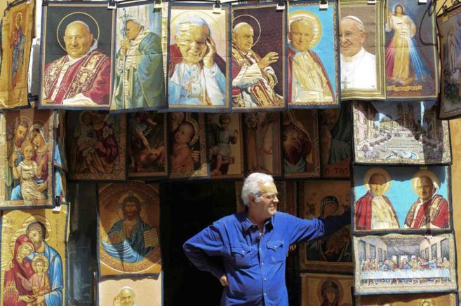 Tapices de Juan Pablo II y de Juan XXIII, que se venden en una...