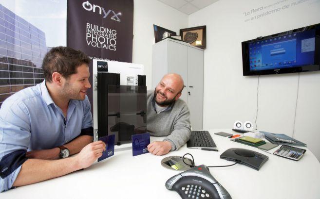 Leonardo Casado, responsable de I+D de Onyx Solar, y Teodosio del...