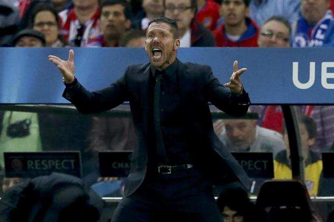 Diego Pablo Simeone dirige a su equipo desde el banquillo