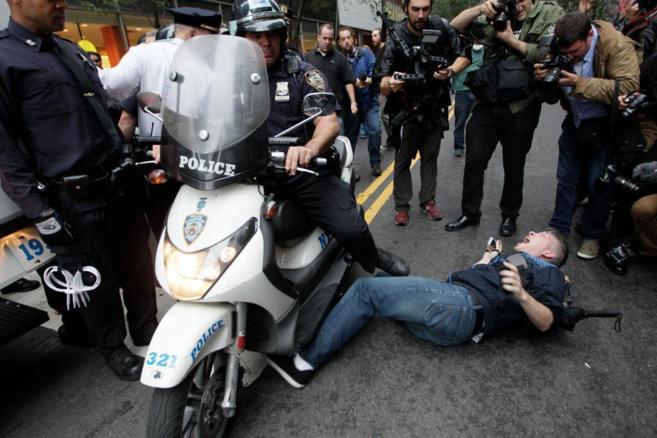 Un policía arrolla con su moto a un ciudadano.