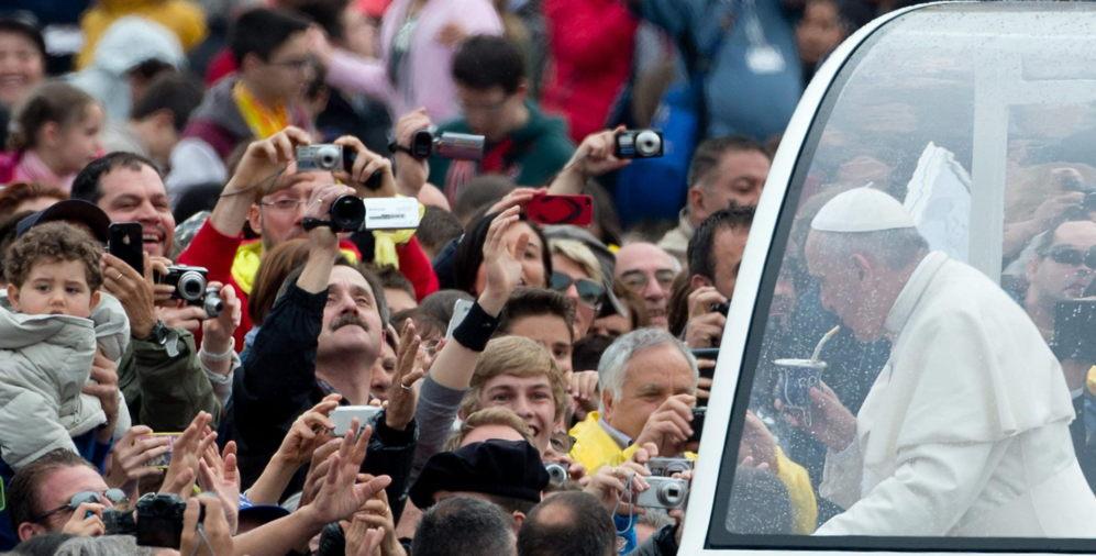 El Papa Francisco bebe mate, que le ofrecieron un grupo de peregrinos...