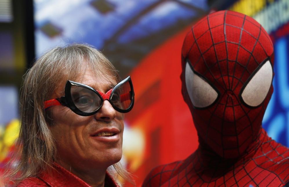 El 'Spiderman Francés' lleva unas gafas 3D  junto a un actor vestido...