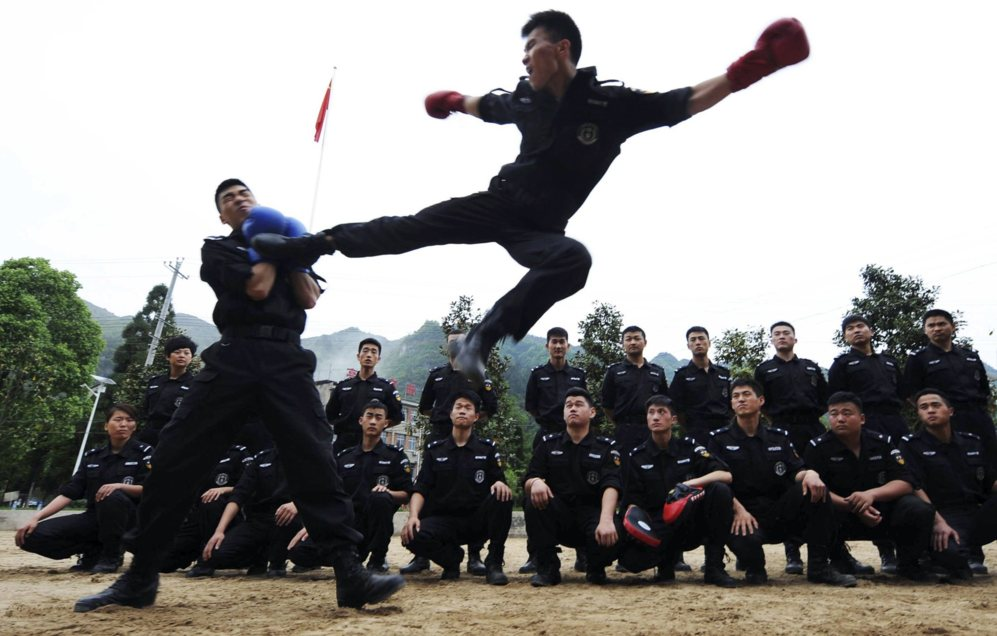 la policía de Armas y Tácticas Especiales practica en equipo durante...