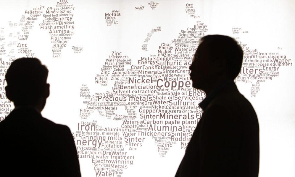 Visitantes observan un ampa del mundo dibujado con palabras de...