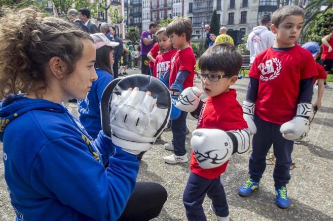 Un niño pelea contra los campeones de Euskadi.