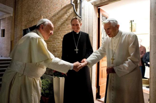 El Papa (i) y el Papa Emérito (d) se saludan en el monasterio Mater...
