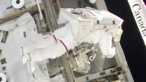 Uno de los astronautas durante el paseo espacial.