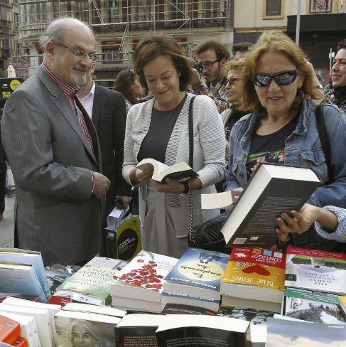 Salman Rushdie, en la plaza de Callao de Madrid, este miércoles.