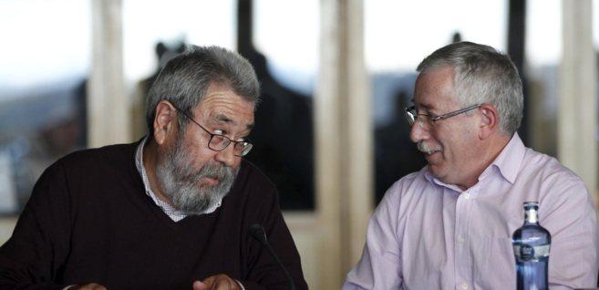 Los secretarios generales de UGT, Cándido Méndez, y CCOO, Ignacio...