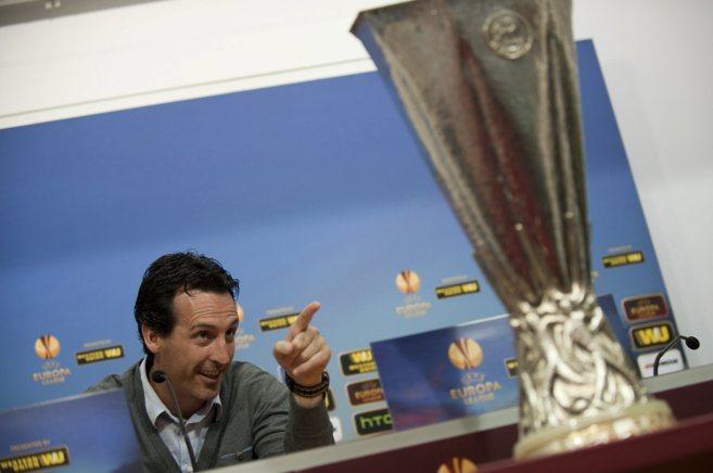 El entrenador del Sevilla, Unai Emery, señala una réplica del trofeo...