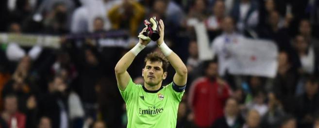 Casillas recibiendo la ovación del Bernabéu.