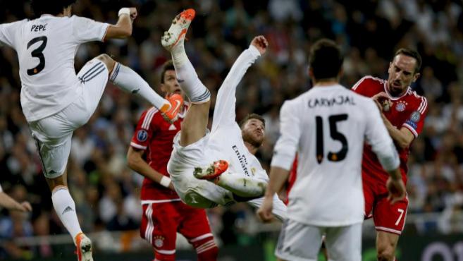 Ramos, Pepe y Carvajal protegen el área del Real Madrid.