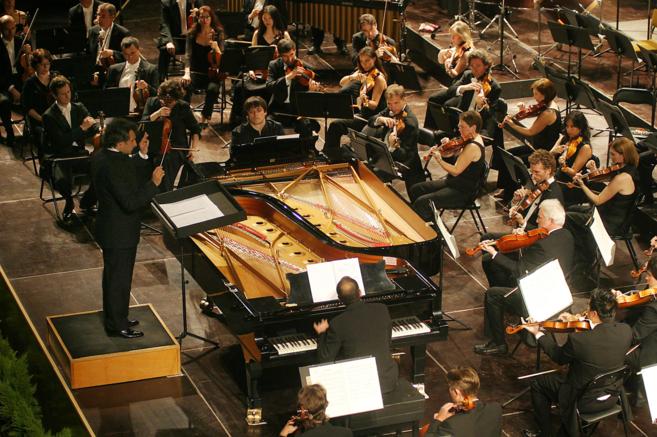 La Orquesta de Sevilla, con Pedro Halffter en el podio, durante el...
