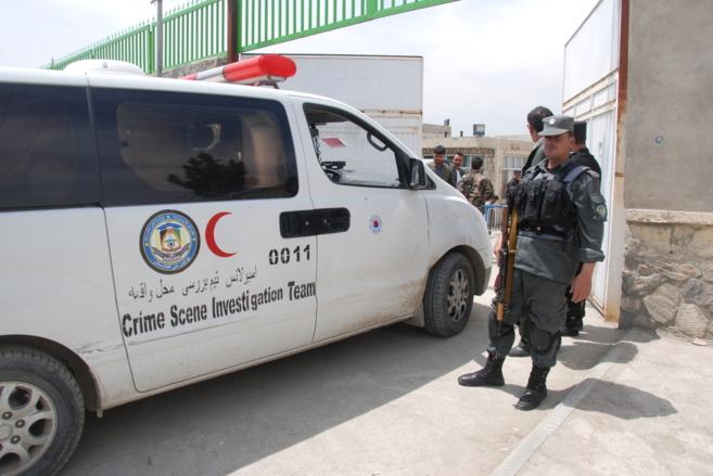 Un equipo de la policía criminal afgana entra en el hospital Cure...