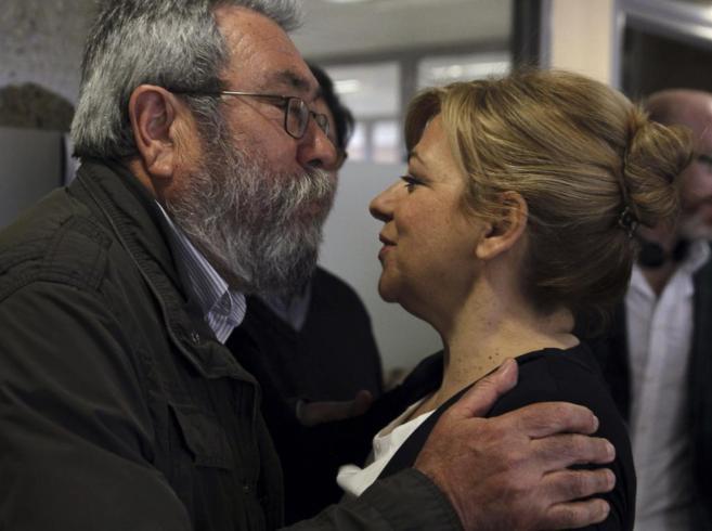 Elena Valenciano y Cándido Méndez se saludan en la sede de UGT en...