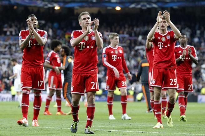 Los jugadores del Bayern saludan a sus seguidores en el Bernabéu.